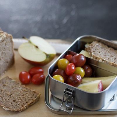Brotdose mit Apfel und Tomaten